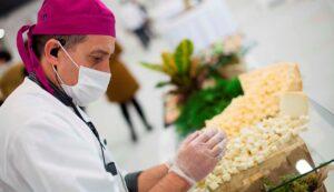 Personal de abades preparando catering con mascarillas y guantes